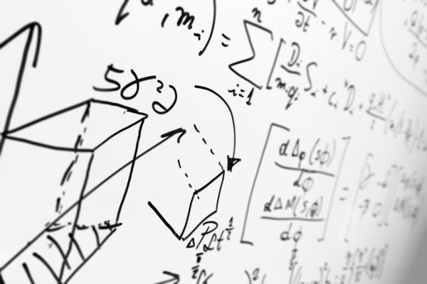 formules mathématiques sur un tableau blanc